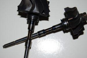 Uszkodzenie wirnika poprzez za niskie ciśnienie oleju.
