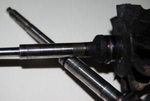 Uszkodzenie wirnika poprzez zabrudzenie oleju.